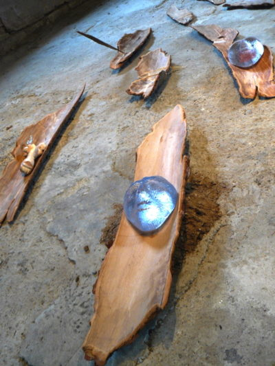 Installation Frêle esquif verre, bois, sable, ficelle